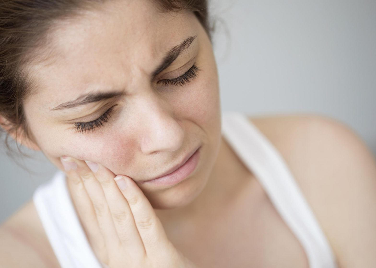 woman having mouth and gum pain